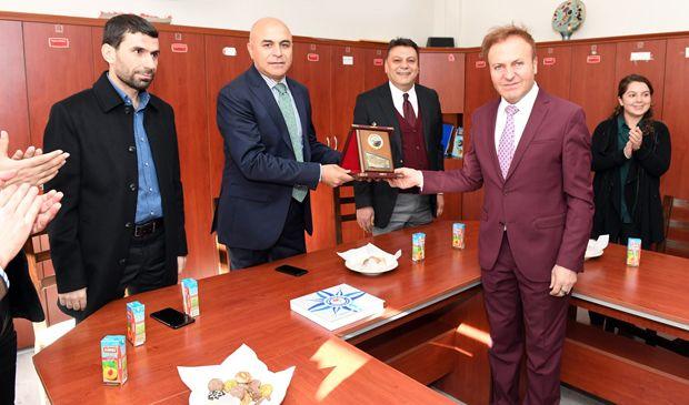 Ali Korkut, öğretmenler gününü okulda kutladı