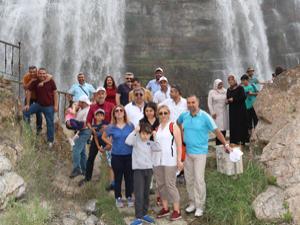 Tortum Şelalesi yerli turistle doldu taştı