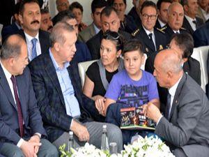 Cumhurbaşkanı Erdoğan'ın dikkatini çekmek için ağaca çıktı
