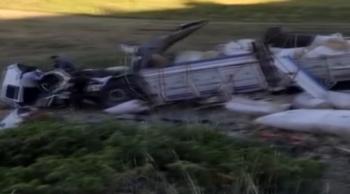 Tortum'da saman yüklü kamyon şarampole uçtu
